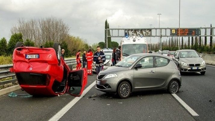Sinistro stradale risarcimento danni assicurato: Se le qualità di vittima del sinistro stradale e di assicurato combaciano, in tema di risarcimento danni la prima prevale sulla seconda.
